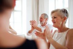 Grupa starszy ludzie w taniec klasie z tana nauczycielem zdjęcie stock