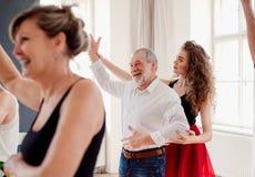 Grupa starszy ludzie w taniec klasie z tana nauczycielem fotografia royalty free