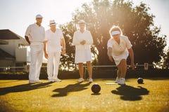 Grupa starszy przyjaciele bawić się boules obrazy stock
