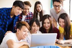 Grupa studenci collegu ogląda laptop w sala lekcyjnej Obraz Stock