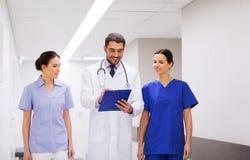 Grupa studenci medycyny przy szpitalem z schowkiem Obrazy Stock