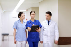 Grupa studenci medycyny przy szpitalem z schowkiem Zdjęcie Stock