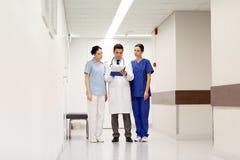 Grupa studenci medycyny przy szpitalem z schowkiem Fotografia Royalty Free