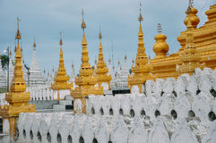 Grupa stupas w Sanda Muni Paya świątyni Mandalay Obraz Royalty Free