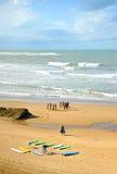 Grupa surfingowowie na plaży, uczenie, Cadiz, Hiszpania Obrazy Royalty Free