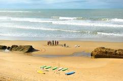 Grupa surfingowowie na plaży, uczenie, Cadiz, Hiszpania Zdjęcia Stock