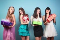 Grupa szczęśliwa dziewczyna z prezentami. zdjęcie stock