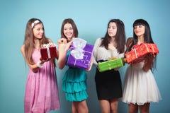 Grupa szczęśliwa dziewczyna z prezentami. obraz stock
