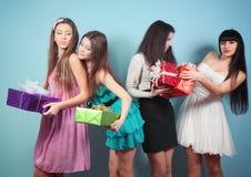 Grupa szczęśliwa dziewczyna z prezentami. obraz royalty free