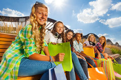 Grupa szczęśliwe dziewczyny z torba na zakupy siedzieć Obraz Royalty Free