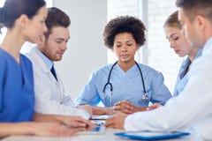 Grupa szczęśliwe lekarki spotyka przy szpitalnym biurem Obraz Royalty Free