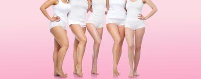 Grupa szczęśliwe różnorodne kobiety w białej bieliźnie Obrazy Royalty Free