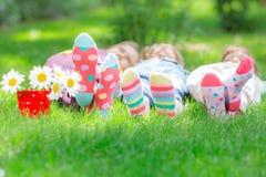 Grupa szczęśliwi dzieci bawić się outdoors obraz stock