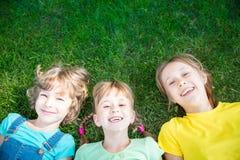 Grupa szczęśliwi dzieci bawić się outdoors zdjęcie royalty free