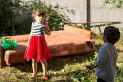 Grupa szczęśliwi dzieci bawić się outdoors ma dzieciaków zabawa ogród obraz royalty free