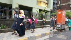 Grupa Szczęśliwi dzieci iść szkoła w India Obrazy Stock