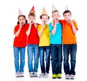 Grupa szczęśliwi dzieci z partyjnymi dmuchawami zdjęcie royalty free