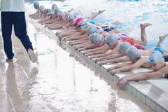 Grupa szczęśliwi dzieciaków dzieci przy pływackim basenem Obrazy Royalty Free