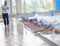 Grupa szczęśliwi dzieciaków dzieci przy pływackim basenem Fotografia Royalty Free