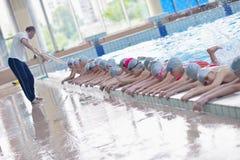 Grupa szczęśliwi dzieciaków dzieci przy pływackim basenem Fotografia Stock