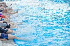 Grupa szczęśliwi dzieciaków dzieci przy pływackim basenem Zdjęcie Stock