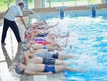 Grupa szczęśliwi dzieciaków dzieci przy pływackim basenem Zdjęcia Royalty Free