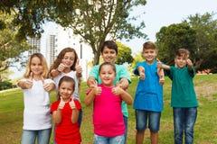 Grupa szczęśliwi dzieciaki pokazuje aprobaty Obrazy Royalty Free