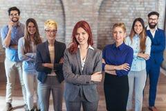 Grupa szczęśliwi ludzie biznesu i firma personel w nowożytnym biurze obrazy royalty free