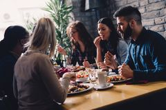 Grupa szczęśliwi ludzie biznesu je w restauraci fotografia royalty free
