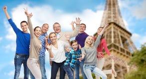Grupa szczęśliwi ludzie ma zabawę nad wieżą eifla Obrazy Royalty Free
