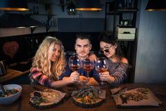 Grupa szczęśliwi ludzie patrzeje w kamery i chwytów szkłach wino obraz royalty free