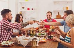 Grupa szczęśliwi ludzie przy świątecznym stołowym obiadowym przyjęciem zdjęcia royalty free