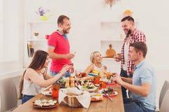 Grupa szczęśliwi ludzie przy świątecznym stołowym obiadowym przyjęciem zdjęcia stock