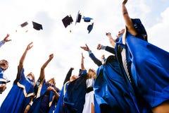 Grupa szczęśliwi młodzi absolwenci Zdjęcia Stock