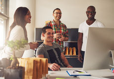 Grupa szczęśliwi młodzi dorosli przy małym biznesem fotografia royalty free