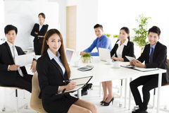 Grupa szczęśliwi młodzi ludzie biznesu w spotkaniu zdjęcia stock