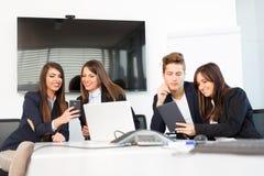 Grupa szczęśliwi młodzi ludzie biznesu w spotkaniu przy biurem zdjęcie stock