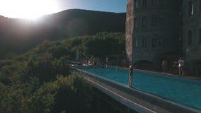 Grupa szczęśliwi młodzi ludzie cieszy się lato przy basenem zdjęcie wideo
