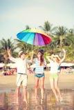 Grupa szczęśliwi młodzi ludzie ma zabawę na Zdjęcie Royalty Free