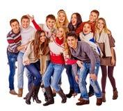 Grupa szczęśliwi młodzi ludzie w ciepłej zimie odziewa Obraz Royalty Free