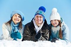 Grupa szczęśliwi młodzi ludzie w zimie Zdjęcia Royalty Free