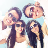 Grupa szczęśliwi młodzi ludzie zabawę na letnim dniu Zdjęcia Stock