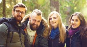 Grupa szczęśliwi, młodzi przyjaciele sprawdza mapę w lasu obozie, Zdjęcia Royalty Free
