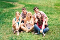 Grupa szczęśliwi ono uśmiecha się Nastoletni ucznie Na zewnątrz szkoły wyższa Obraz Royalty Free