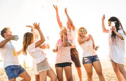 Grupa szczęśliwi przyjaciele ma zabawę przy plaży przyjęciem na holi barwi Zdjęcie Royalty Free