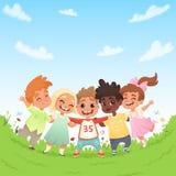 Grupa szczęśliwi radośni dzieci na zielonej haliźnie i tło niebieskie niebo z chmurami również zwrócić corel ilustracji wektora ilustracji