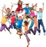 Grupa szczęśliwi rozochoceni sportive dzieci skacze i tanczy zdjęcia royalty free