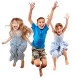 Grupa szczęśliwi rozochoceni sportive dzieci skacze i tanczy fotografia stock