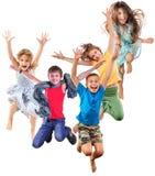 Grupa szczęśliwi rozochoceni sportive dzieci skacze i tanczy obraz royalty free