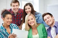 Grupa szczęśliwi szkoła średnia ucznie z pastylka komputerem osobistym Obrazy Royalty Free